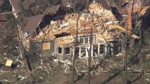 Tres muertos y 10 heridos: Imágenes de un drone muestran el desastroso paso del violento tornado que asoló Carolina del Norte