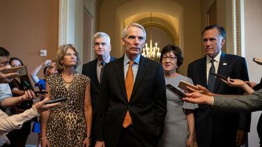 """Senadores demócratas y republicanos dicen tener ya acuerdos en """"grandes asuntos"""" del plan de infraestructura"""