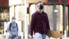 California exige el uso de mascarillas a estudiantes y trabajadores de universidades estatales
