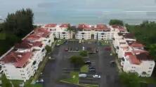 DRONE 580: Vista aérea de la playa Los Almendros y el condominio Sol y Playa en Rincón en medio de protestas