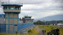 Decenas de muertos y heridos, una violación y toma de rehenes en violentos motines carcelarios en Ecuador