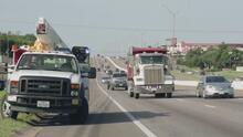 ¿Qué debe hacer un conductor en Texas al ver un vehículo de emergencia con las luces encendidas?