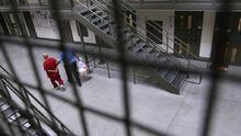 """En el """"pozo"""": un centro de ICE aísla en confinamiento en solitario a los enfermos con covid-19, según organizaciones"""