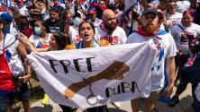 """""""Abajo el comunismo"""": manifestantes piden en Washington ayuda para el pueblo cubano"""