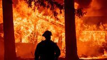 Arde California: 5,000 bomberos batallan contra un incendio forestal que ha consumido más de 190,000 acres