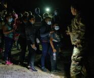 Más de 100 organizaciones piden al presidente Biden frenar la expulsión acelerada de migrantes