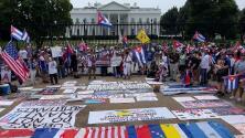 Cubanos recogen firmas frente a la Casa Blanca para enviar con sus peticiones al presidente Biden