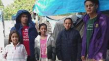 Familia inmigrante dice haber vivido en el purgatorio tras meses en un campamento para solicitantes de asilo
