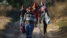 """Gobierno anuncia """"expulsión acelerada"""" para algunos migrantes que cruzan ilegalmente la frontera"""