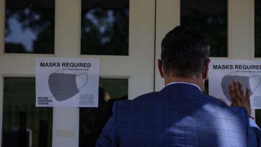 El regreso de las mascarillas: nuevas pautas de los CDC para los lugares públicos