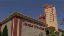 Arrestan al hombre acusado de disparar a dos jóvenes dentro de un cine en California