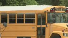 Donan autobuses que serán convertidos en refugios para personas sin hogar
